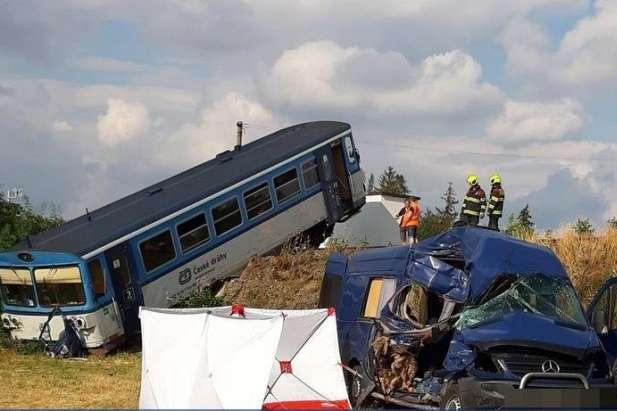 """""""У погоні за кращим життям"""": Автобус з українськими заробітчанами потрапив у смертельну ДТП в Чехії"""
