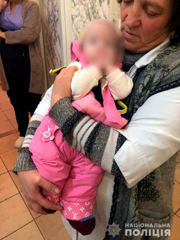 Дівчинку знайшли перехожі і викликали поліцейських. Ті доправили до лікарні дитину. Матір згодом розшукали - вона була геть п'яна