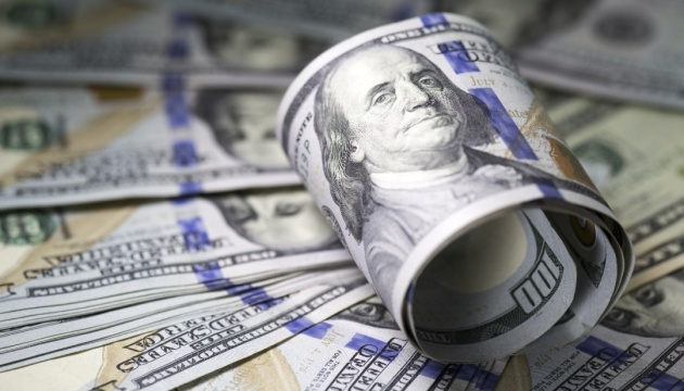 """Долар у світі """"здешевіє"""". Але не спішіть міняти його на євро!"""